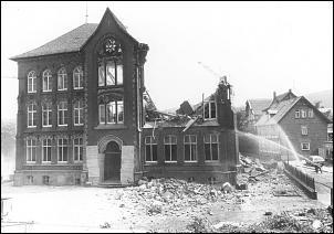 Klicken Sie auf die Grafik für eine größere Ansicht  Name:Schillerschule Abbruch 1983.jpg Hits:450 Größe:66,5 KB ID:8303